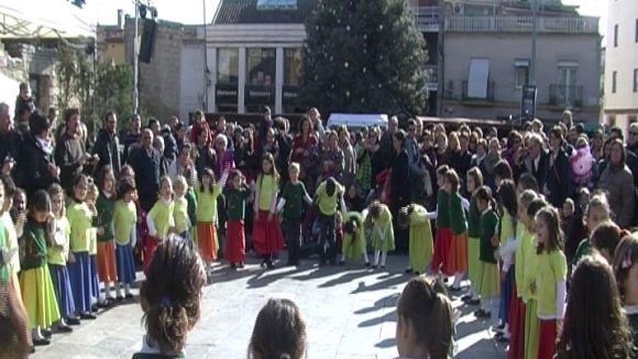Els nens i nenes de l'Esbart ballen a ritme de nadala pel centre de la ciutat