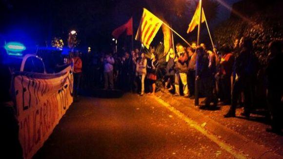 80 persones participen a l'escarni davant la casa de Narcís Serra