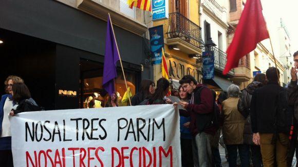 50 persones reclamen el dret sobre el propi cos amb un escarni a la seu del PP