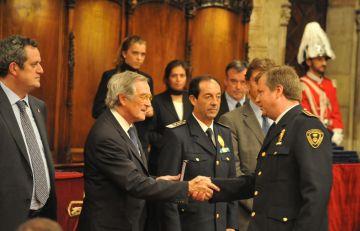 L'inspector Escarré, distingit amb la medalla al mèrit per l'alcalde de Barcelona