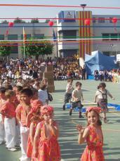 Pares i mares, alumnes i exalumnes, s'apleguen en un festival que ha demostrat les habilitats gimnàstiques dels nens i nenes