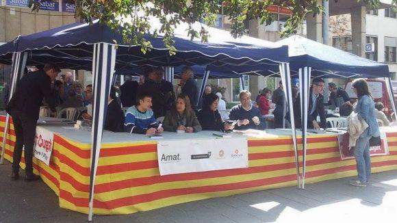 Els autors santcugatencs a la Taula d'Escriptors a la plaça dels Quatre Cantons