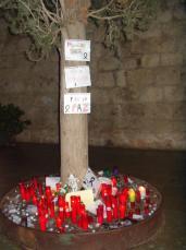 Els santcugatencs continuen encent espelmes a favor de la pau i per les víctimes