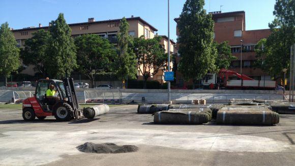 El canvi de la gespa del camp de futbol 7 de la ZEM Jaume Tubau està en marxa