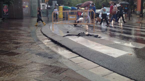 Una esquerda al pas de vianants de Quatre Cantons talla el trànsit en un carril