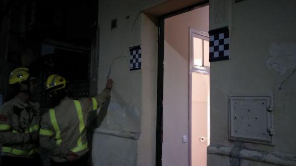 Intervenció dels Bombers per unes esquerdes a una casa del carrer de Vallès
