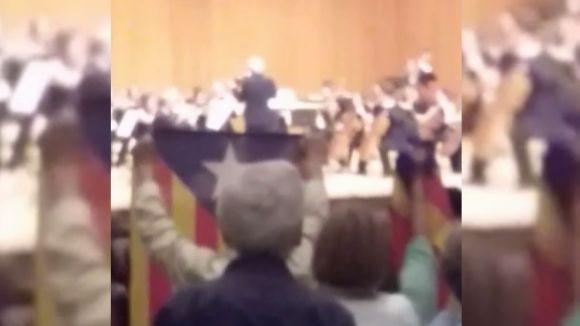 El públic desplega estelades i canta 'Els Segadors' al final del concert de l'OSSC al Teatre-Auditori de Sant Cugat