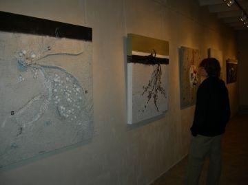 Pou d'Art inaugura dues exposicions que qüestionen els fets socials i acosten la cultura a la societat