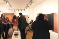 Moment de la inauguració de l'exposició entre professionals i amics de Cuén.