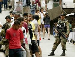 La societat colombiana viu en una situació militaritzada.