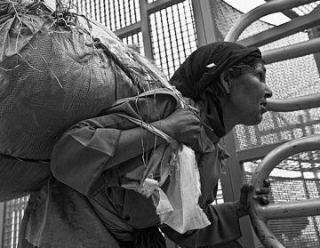Una exposició fotogràfica mostra el 'contraban institucionalitzat' de Ceuta i Melilla