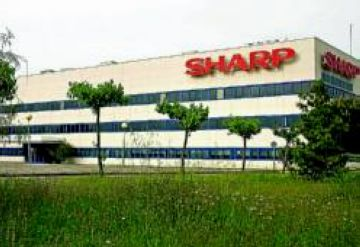 Un centenar de treballadors de Sharp es concentren a la seu de Treball en protesta per l'ERO