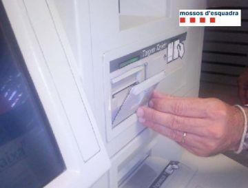 Detingudes dues persones acusades de falsificar targetes bancàries