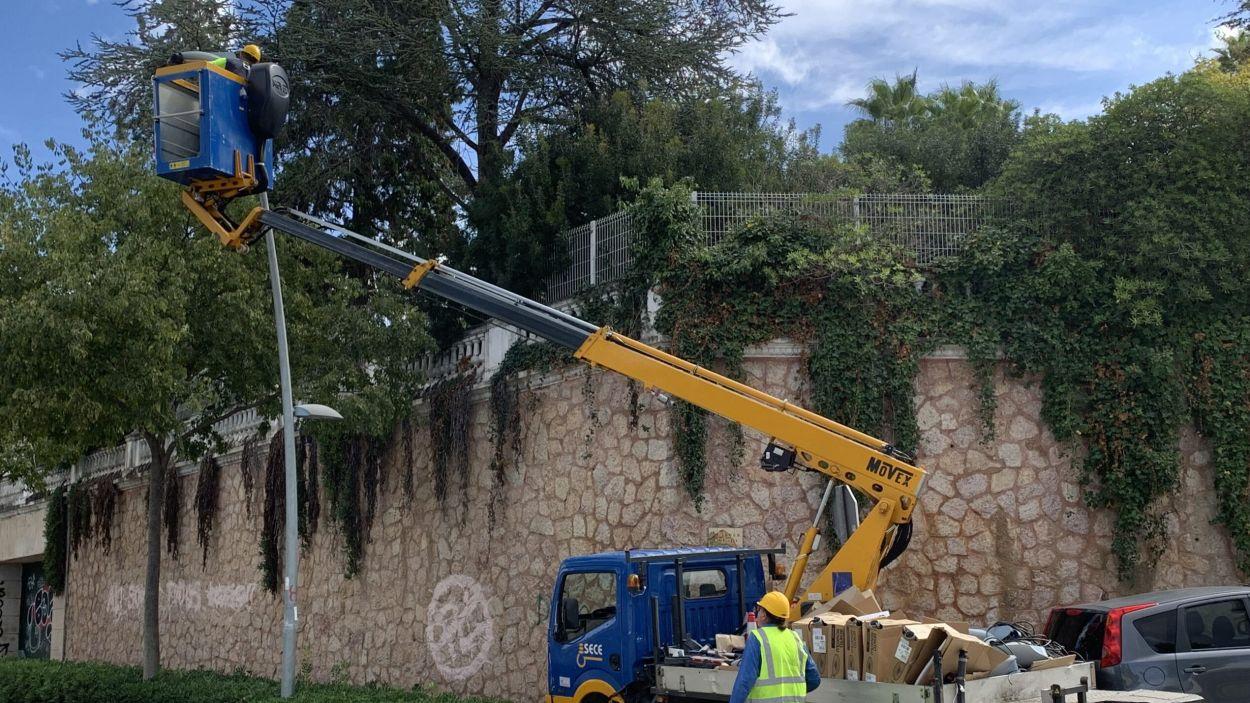 Operari renovant l'enllumenat de la Rambla Mossèn Jacint Verdaguer de Valldoreix/ Foto: EMD de Valldoreix