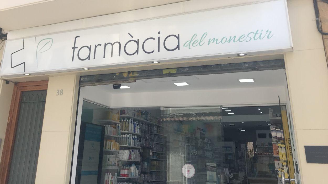 Farmàcia del Monestir al carrer Santiago Rossinyol / Foto: Cedida per Farmàcia del Moenstir