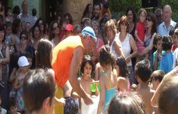 Més de 200 infants es ruixen amb aigua a la plaça de l'Om