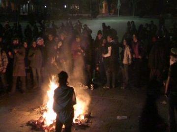 Uns 200 joves allarguen la nit de Carnaval amb una festa alternativa a la plaça d'Octavià