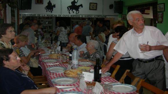 Els socis del Centro Castellano-Manchego estiren del carro de l'entitat