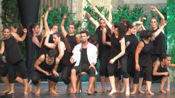 Els ballarins i Pere Martínez en un moment de l'espectacle