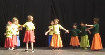L'Esbart demostra sobre l'escenari el bon estat de l'escola de dansa
