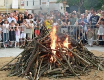 Santcugatencs encendran la flama del Canigó al cim de la muntanya