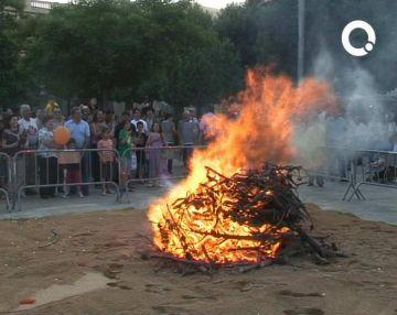La Flama del Canigó encén de nou la foguera de Sant Joan després de ser rebuda a l'Ajuntament