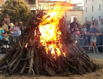 La flama del Canigó encén un any més la foguera de Sant Joan