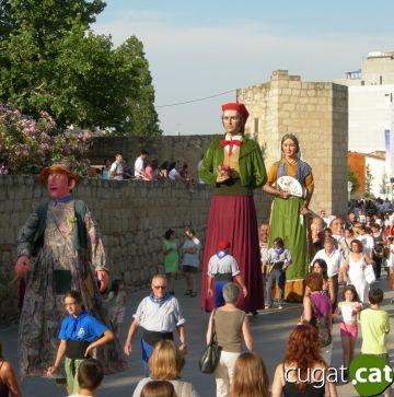 El seguici d'inici de la Festa Major fa sortir al carrer centenars de persones