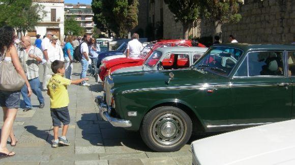 Cotxes antics i clàssics porten la festa de Mas Gener al centre