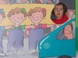 Una nena es fa una foto al costat de Les Tres Bessones al Racó Infantil