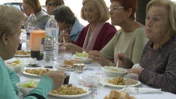 La paellada de Festa Major posa de manifest la cohesió i implicació del barri del Monestir