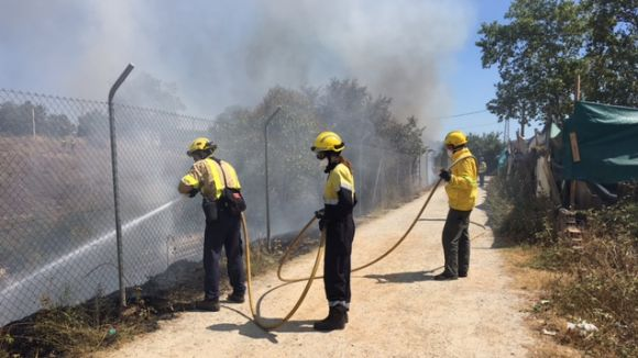 Un foc crema 500 metres quadrats de matolls i deixalles a Can Fontanals