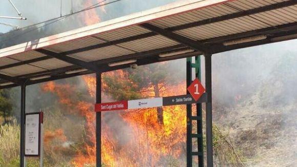 Un incendi crema 4.200 metres quadrats a tocar de l'estació de la Renfe