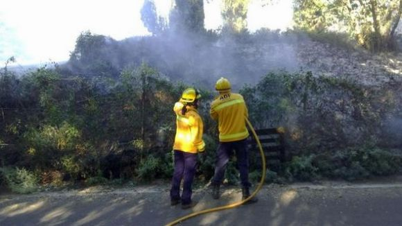 El foc ha cremat uns matolls a prop del camp de golf / Foto: ADF