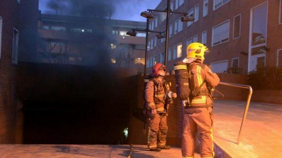 Dos vehicles cremen en un aparcament sense provocar ferits