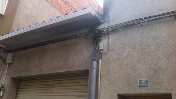 Un petit incendi a uns cables elèctrics deixa sense llum veïns del carrer Sallés
