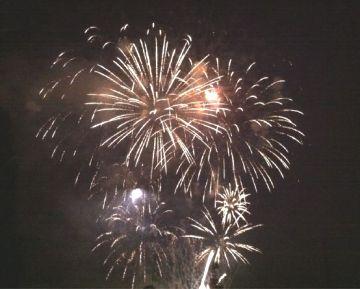 750 quilos de pirotècnia dibuixen el cel en la primera nit de festa