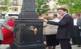 L'alcalde Recoder al costat de la nova font de la plaça del Monestir