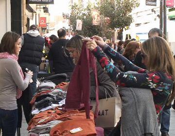 Les entitats comercials proposen compres fins a mitjanit amb l''Open night' i 'Nit en blanc'