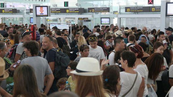 Llargues cues a l'aeroport del Prat per passar els controls de seguretat / Foto: ACN