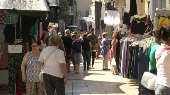 Els paradistes del mercat dels dijous resisteixen malgrat la baixada de vendes a l'agost