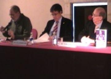 Imatge de la presentació del llibre de Joan Triadú amb l'alcalde, al centre de la fotografia