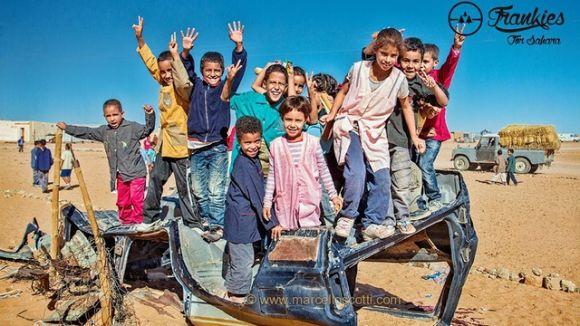 Una campanya de mecenatge recull fons per dur ulleres de sol a Sàhara Occidental