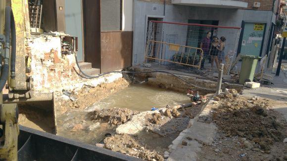 Aturada la fuita d'aigua causada arran de les obres del Mercat de Pere San
