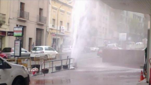 El trencament d'una canonada provoca una fuita d'aigua a la benzinera Griful