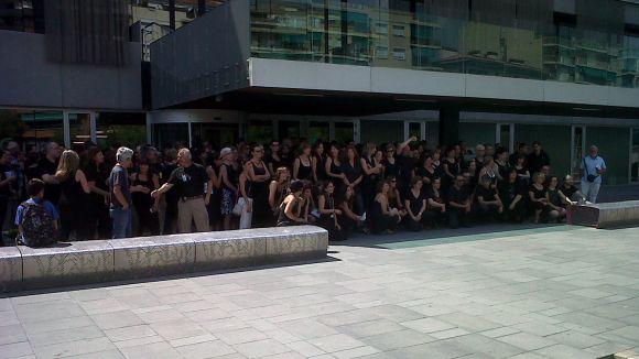 Els treballadors municipals escenifiquen la 'mort' del serveis públics en silenci i vestits de negre