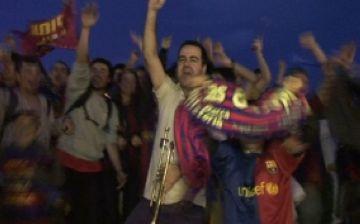 Mig miler de santcugatencs celebren la victòria del Barça a la plaça Gabriel Ferrater