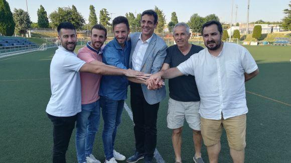 Imatge dels integrants del l'Atlètic Junior el dia de la signatura de l'acord.
