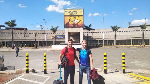 A la dreta, Martí Arimany després d'arribar a Kènia / Font: Martí Arimany