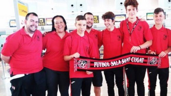 Imatge dels jugadors i tècnics dels FS Sant Cugat de camí a Califòrnia / Foto: FS Sant Cugat
